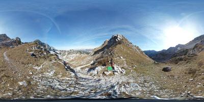 Planina za Migovcem se nahaja pod severno steno Podrte gore v južnih Julijskih Alpah, Konjsko sedlo pa je prelep preval in razpotje visoko nad Bohinjem.