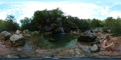 Slap Virje se ponaša s pravljično lepoto. Dva vodna kraka mu dajeta pahljačasto obliko. Izdolbla sta dva zelena tolmuna v katerih turisti radi zaplavajo.