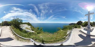 Strunjanski križ ima izvrsten razgled preko celotnega Tržaškega zaliva, nahaja pa se na visokem flišnem klifu med Strunjanskimi solinami in Mesečevim zalivom.