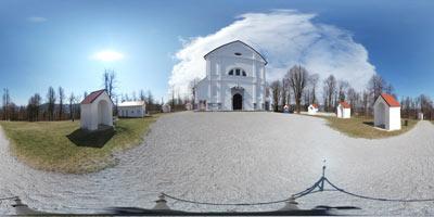 Sveta Trojica nad Vrhniko se ponaša z veliko cerkvijo in prostranim parkom, kamor se gremo sprehajat Vrhničani. Do cerkev vodi več poti, najbolj znana pa je tista, ki vodi čez Klanec.