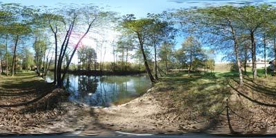 Trubarjeva domačija se ponaša z izvrstnim vodnim parkom, ki ga ustvarja s svojim vodnim tokom reka Rašica in starimi kmečkimi stavbami.