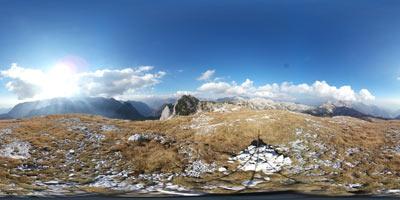 Velika Montura se nahaja v zahodnih Julijskih Alpah. Vrh je razgleden, z njega pa se lepo vidi Krn, Lanževico ter Bogatin in Mahavšček. Za njima se dviga Tolminski Kuk.