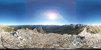 Na Veliko Tičarico se povzpnemo mimo Štapc, z nje pa se odpre panorama na velik del Julijskih Alp.