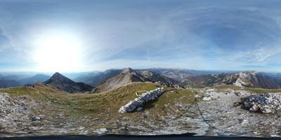 Vogel se ponaša z enim izmed lepših razgledov na verigo Spodnjih Bohinjskih gora. Vrh je svoje ime posodil našemu znanemu bohinjskemu smučišču.