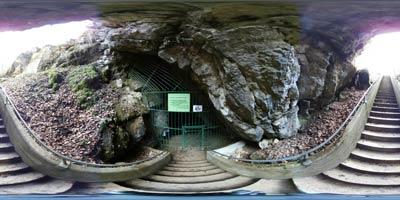 Panoramski posnetek prikazuje vhod v Ledenico, prvo dvorano kraške Županove jame, ki je dobila ime po svojem odkritelju.