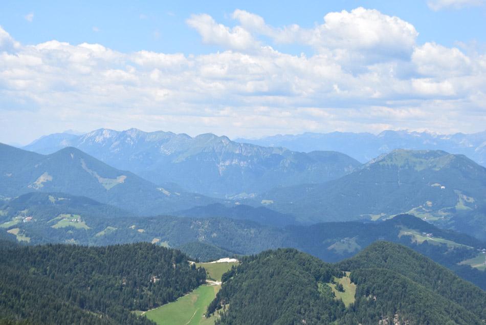 Blegoš je izvrsten razglednik. Pogled proti Spodnjim Bohinjskim goram, kjer se lepo vidi Soriško planino, Črno prst, Rodico in ostale gore južnih Julijskih Alp.