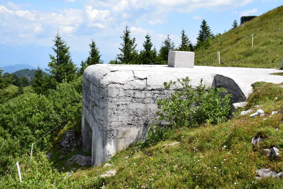 Še en bunker na Blegošu obrnjen na sever proti Ratitovcu.