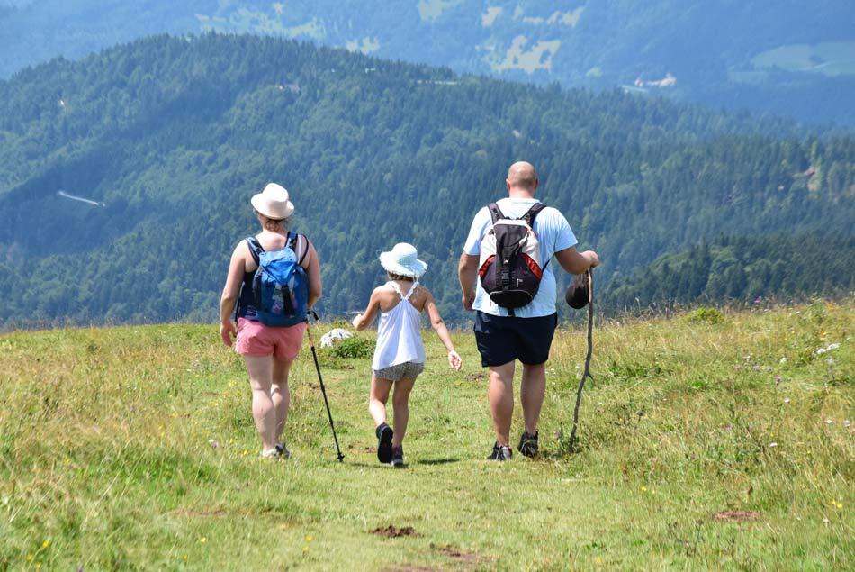 Francoska družina na poti proti Koči na Blegošu.