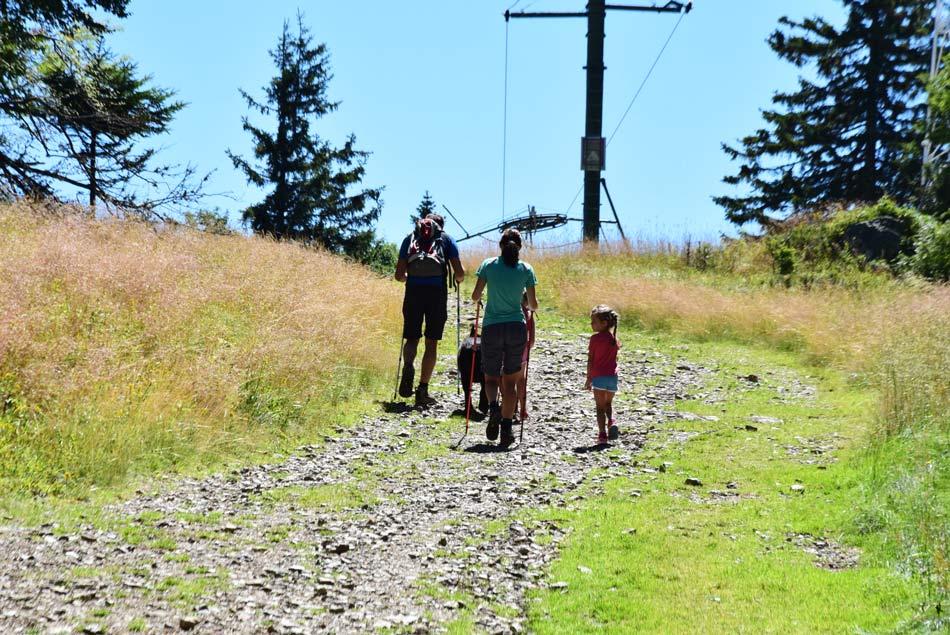 Mlada pohodniška družina z dvema otrokoma na pešpoti na Črni vrh.