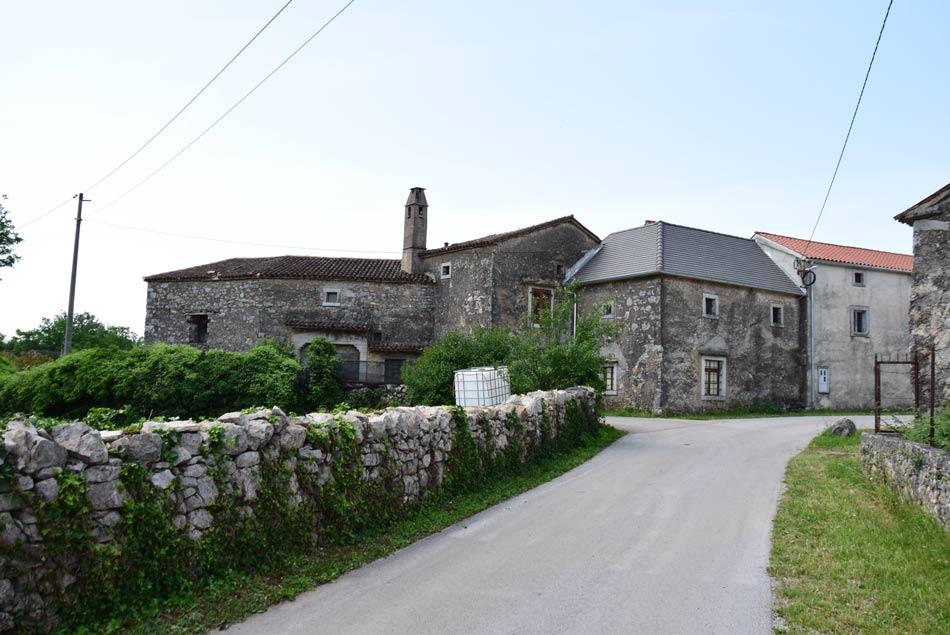Volčji Grad je stara kraška vasica, ki je ohranila svojo pristno podobo.