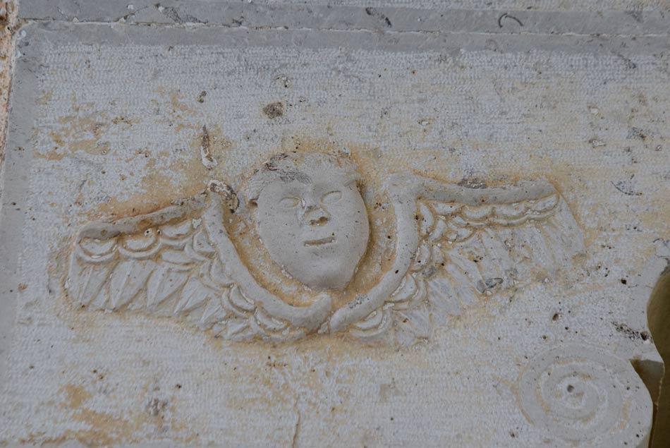 Angelsko bitje, oziroma detajl na starem kmečkem kraškem portalu.