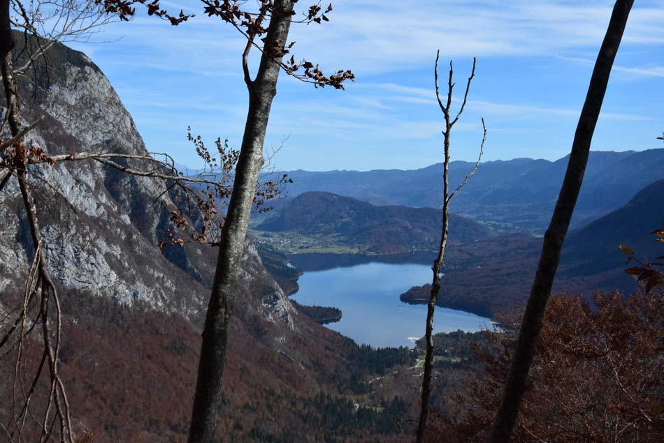 Pogled na Bohinjsko jezero na poti na Komno.
