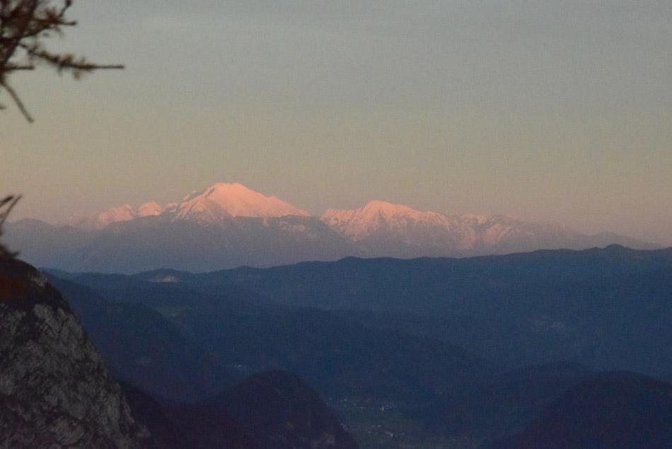 Pogled od Doma na Komni proti Kočni, Grintovcu in Kalškemu grebenu v Kamniško-Savinsjskih Alpah.