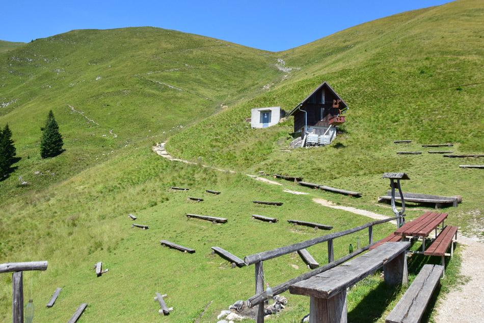Številne klopi pri Koči na Golici pričajo, da je med planinci priljubljena izletniška točka.