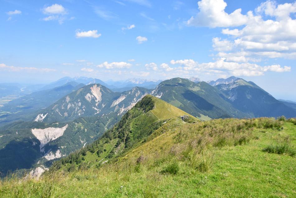 Pogled proti osrednjim Karavankam, kjer se nahaja dolga Košuta z Velikim vrhom.