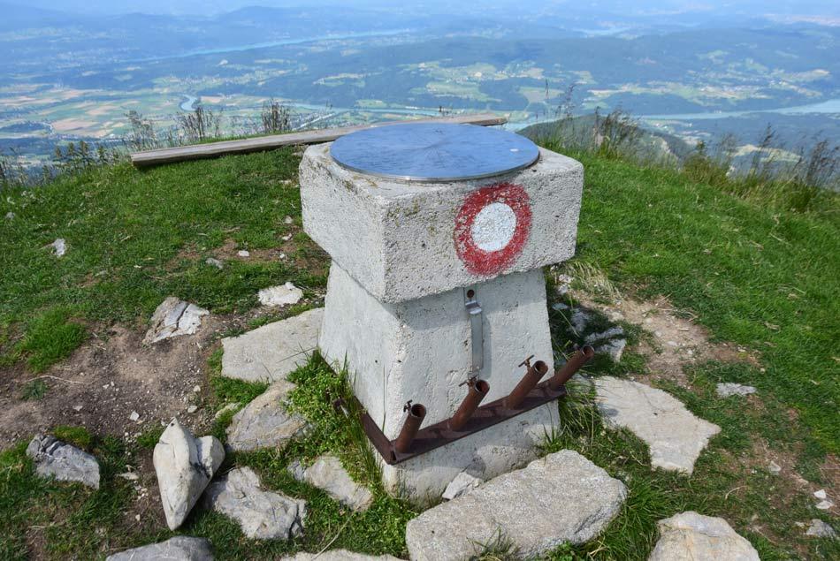 Na vrhu Golice se nahaja razgledna plošča z veliko planinsko markacijo ter nekaj klopi za utrjene planince.