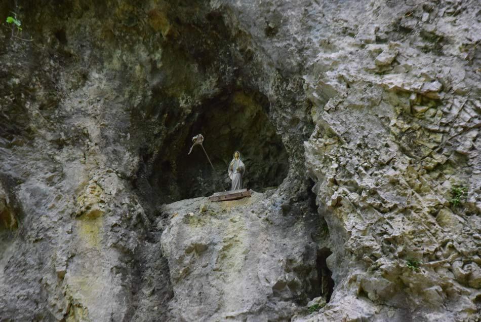 Kipec svete Marije v majhni votlini v soteski Belega potoka pri Frankolovem.