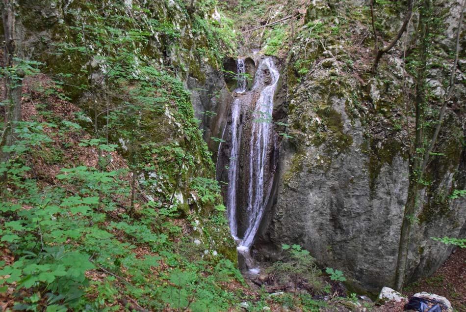 Nekaj metrov visok slap Belega potoka na poti na grad Lindek.
