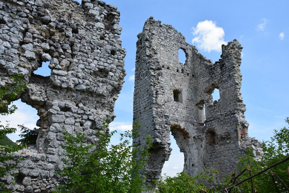 Še vedno mogočne grajske razvaline srednjeveške utrdbe gradu Lindek.