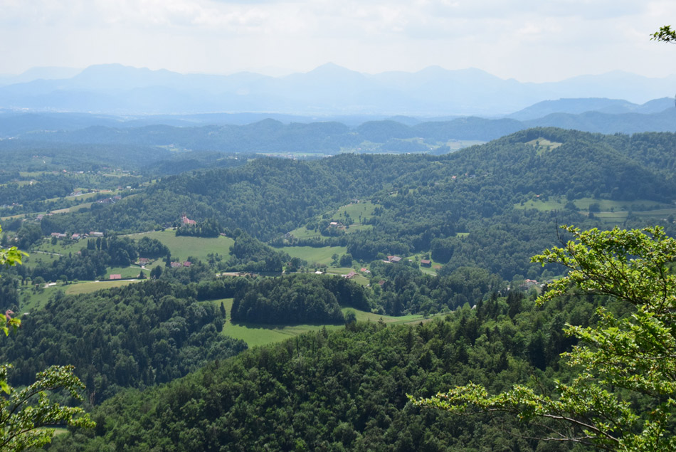 Razgled z gradu na okolico Frankolovega in proti Posavskemu hribovju, kjer se vidi Goznik, Mrzlico, Šmohor in tudi Partizanski vrh, oziroma Sveto Planino.
