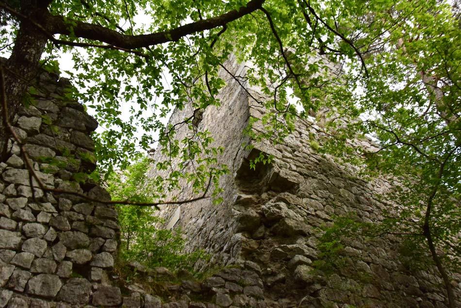 Visoka grajska stena gradu Lindek pri Frankolem se počasi sesipa v sotesko Belega potoka.