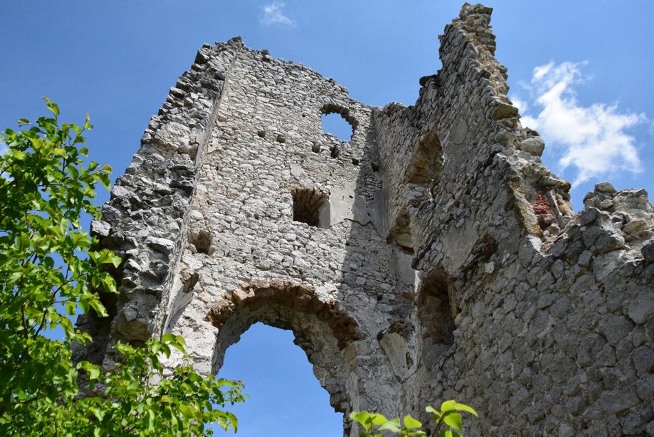 Mogočne srednjeveške razvaline gradu Lindek nad Belim potokom.