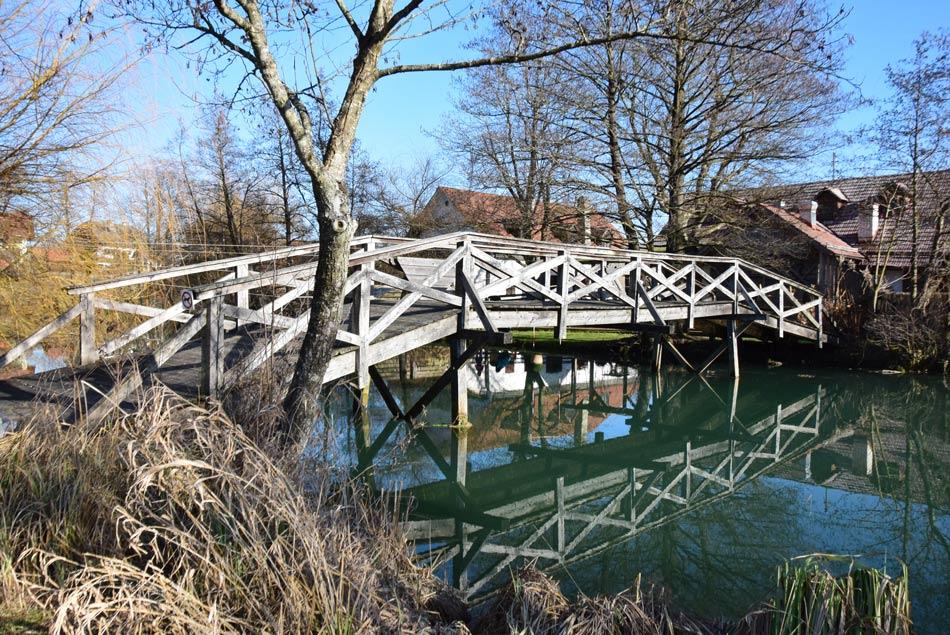 Lesen most čez reko Krko v istoimenskem naselju.