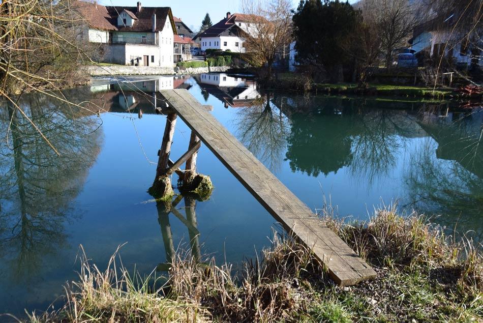Skakalnica s katere v poletnih mesecih skačejo v reko Krko.