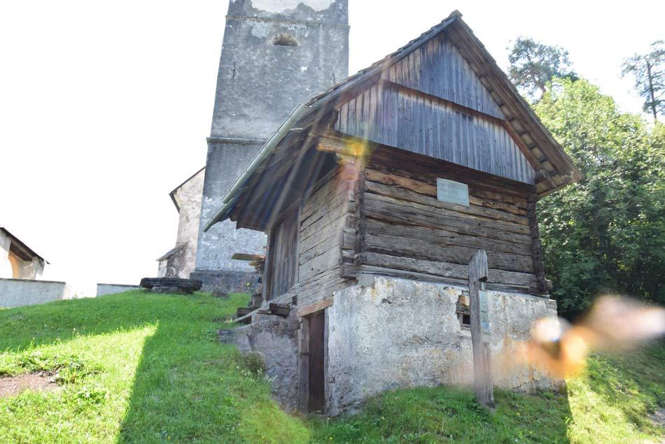 Stara lepo ohranjena kašča pod cerkvijo svete Marjete nad Žlebami.