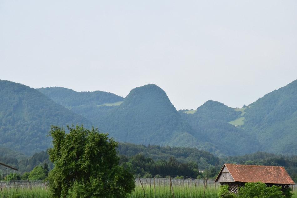 Od daleč izvrstna Krvavica izgleda kot visok megalit med sosednjimi vrhovi.