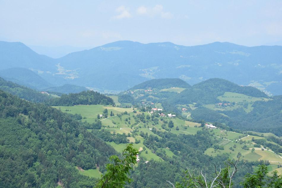 S Krvavice se odpre razgled na Čreto in Dobroveljsko planoto.