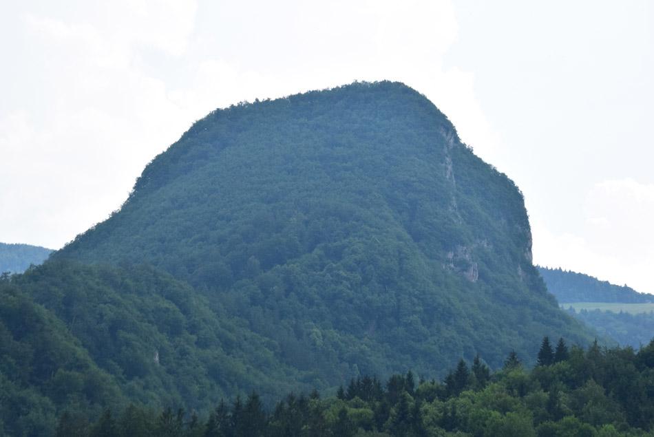 Krvavica je kot mogočna skala, ki se dviga v Posavskem hribovju.