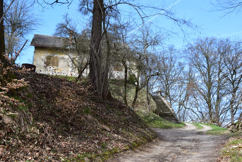 Povšetov grad nad dolino Arbo na grebenu med Ljubljanico in potokom Besnico.