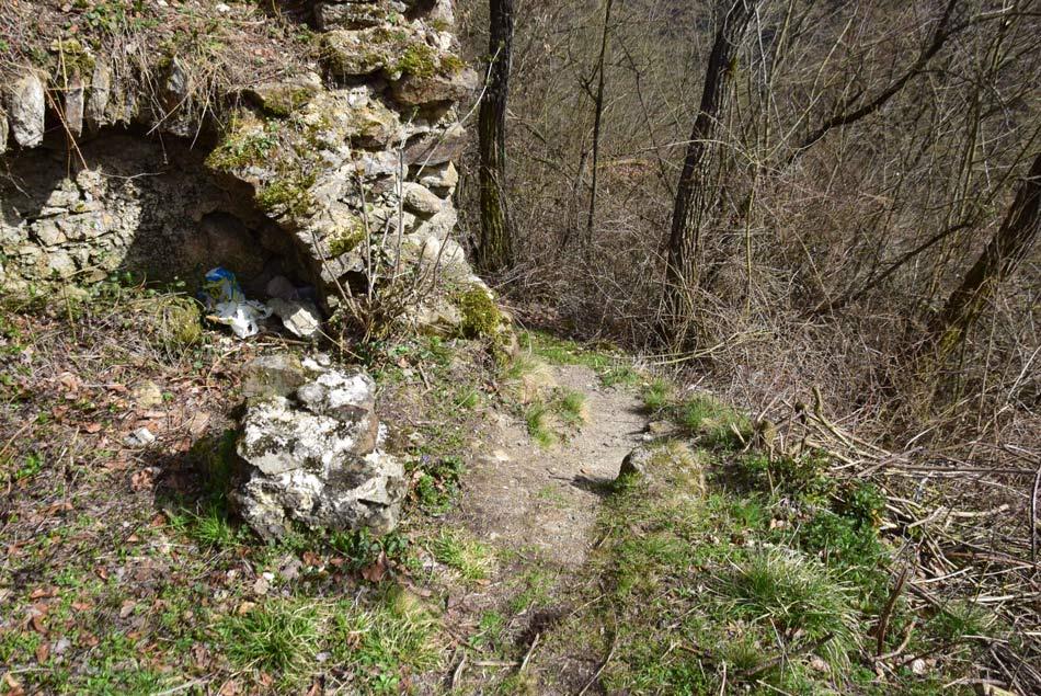 Skromni ostanki Starega gradu, oziroma Osterberga nad srednjeveškim kamnolomom mlinskih kamnov..
