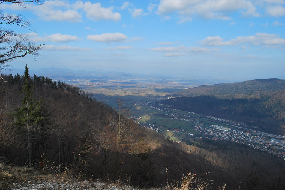 Mali Trebelnik se ponaša s razgledom na Borovnico in na gozdnata pobočja Krimskega pogorja.