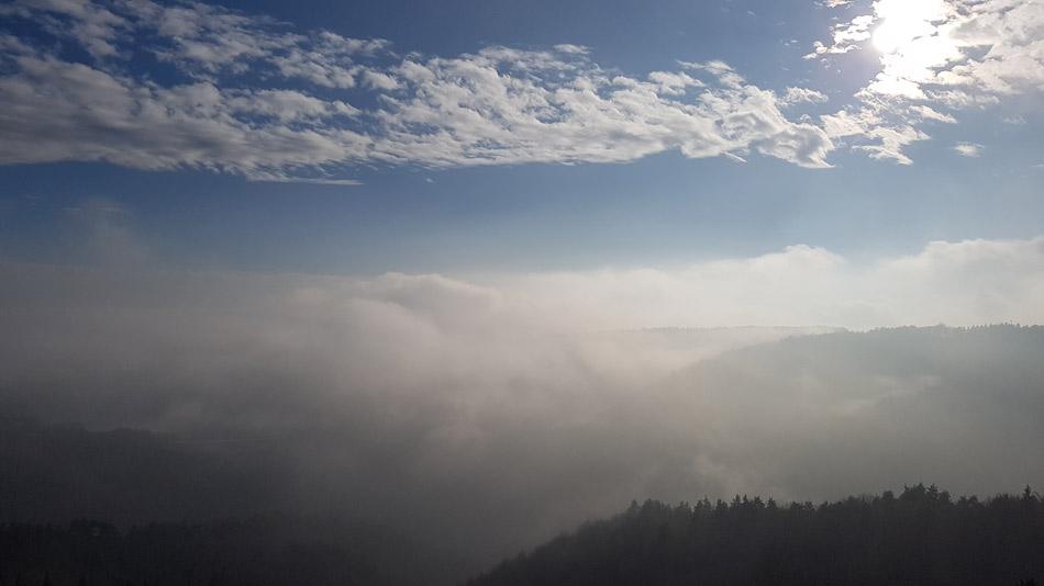 Razgled na dolino potoka Bukovica, kjer smo pričelu z nedeljskim izletom prekriva megla.
