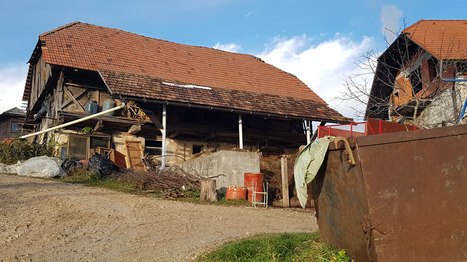Pot nas je vodila mimo stare domačija pri Felič vrhu.