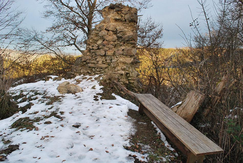 Na vrhu med propadajočimi zidovi gradu Osterberg se nahaja klop, kjer se lahko odpočijemo na poti do izhodišča.