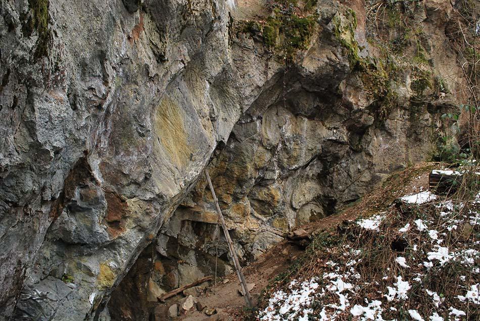 Od gradu se strmo spustimo do srednjeveškega kamnoloma, pot pa nas nato vodi do potoka Besnica ali nazaj k gradu.