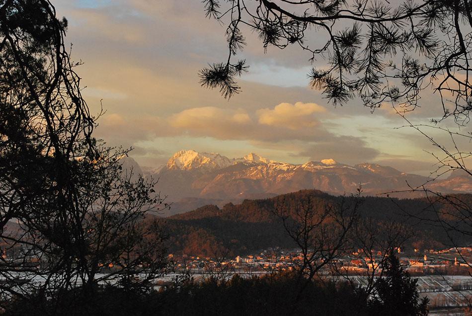 Med izletom se odpre razgled na severni predel Slovenije proti Kamniško-Savinjskim Alpam.