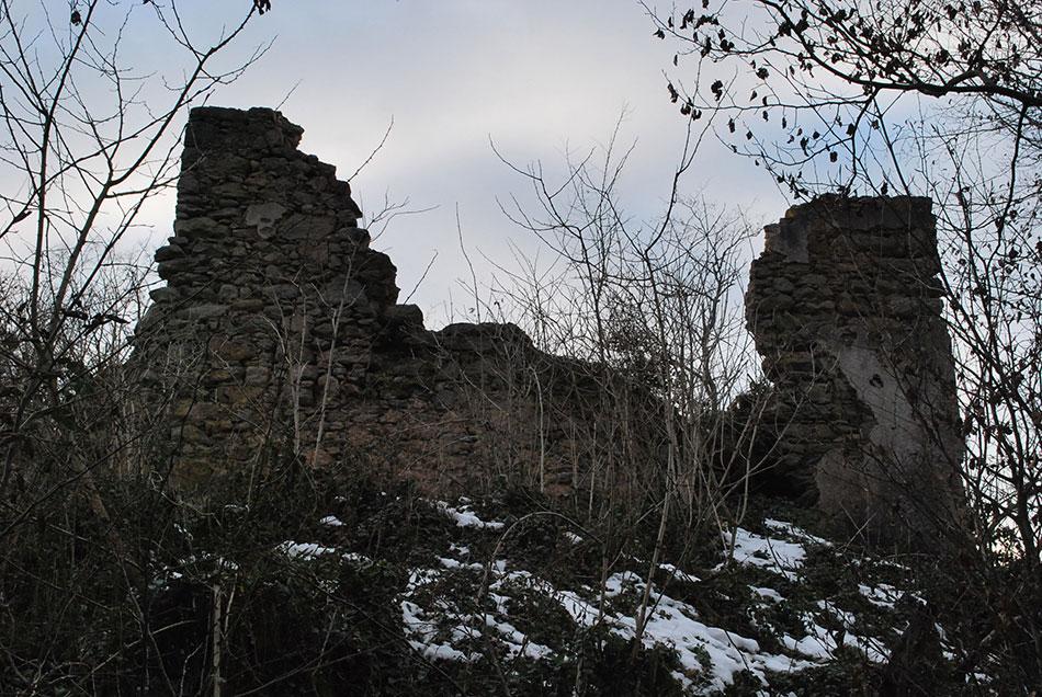 Razvaline Starega gradu, oziroma gradu Osterberg nad dolino Besnice pri Zalogu.