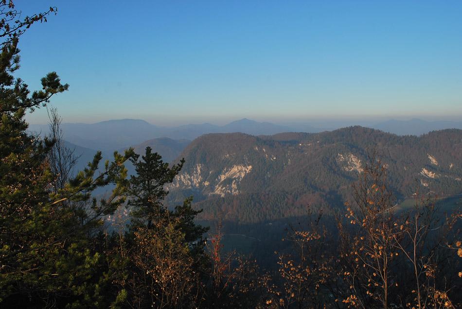Razgled z Ostreža proti Partizanskemu vrhu in Čemšeniški planini, dvema tisočakoma Posavskega hribovja.