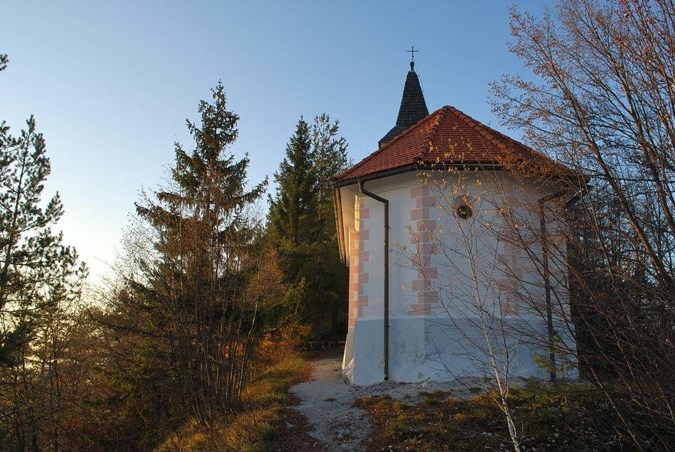 Cerkev svete Katarine na Ostrežu, blizu katere se nahaja čudežni studenec, ki ga omenja že Valvasor.