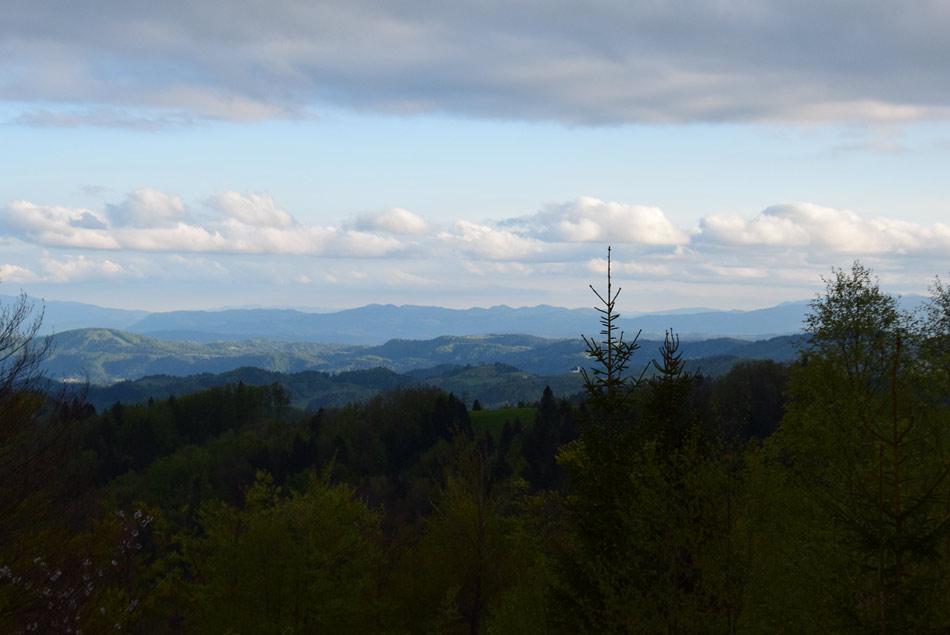 Razgled na pokrajino Polhograjskih Dolomitov.
