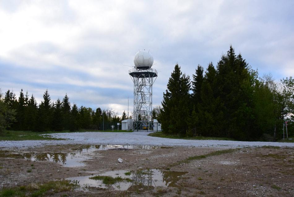Meteorološki radar na Pasji ravni stoji na mestu bivšega raketnega oporišča zaradi katerega je sedaj Tošč najvišji vrh Polhograjcev.