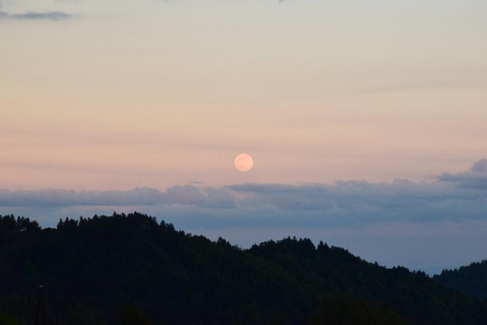 Polna luna se dviga nad Krimskim hribovjem.