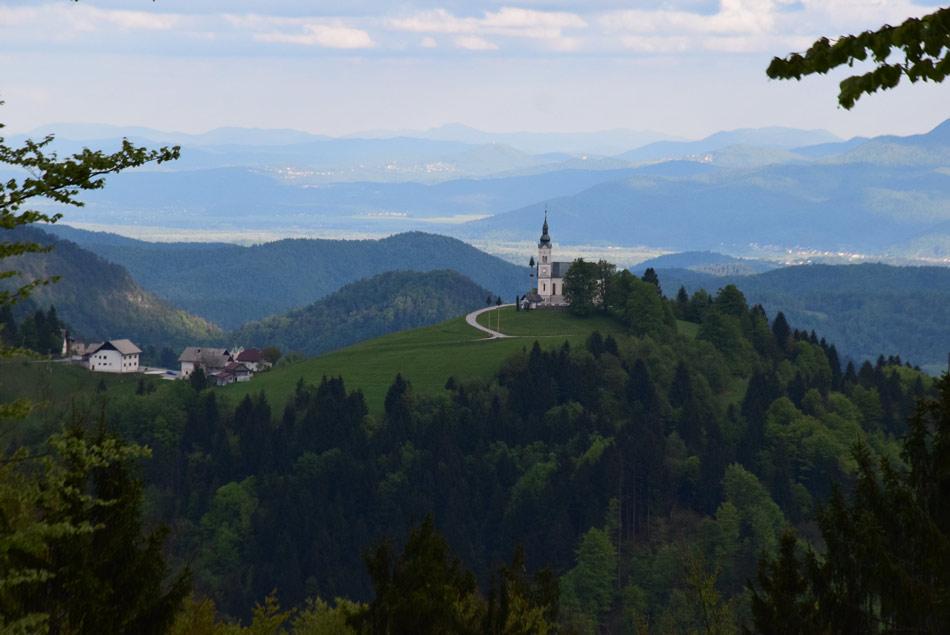 Cerkev nad Črnim vrhom se zelo lepo vidi na poti na Pasjo ravan.