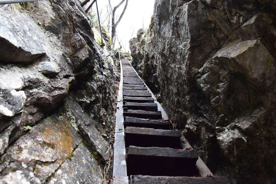 Strme stopnice nad tretjim slapom.
