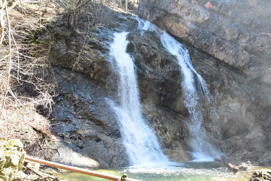 Zadnji peti Pekelski slap soteske pri Borovnici je najlažje dostopen, saj se lahko skoraj do njega zepeljemo z avtomobilom.