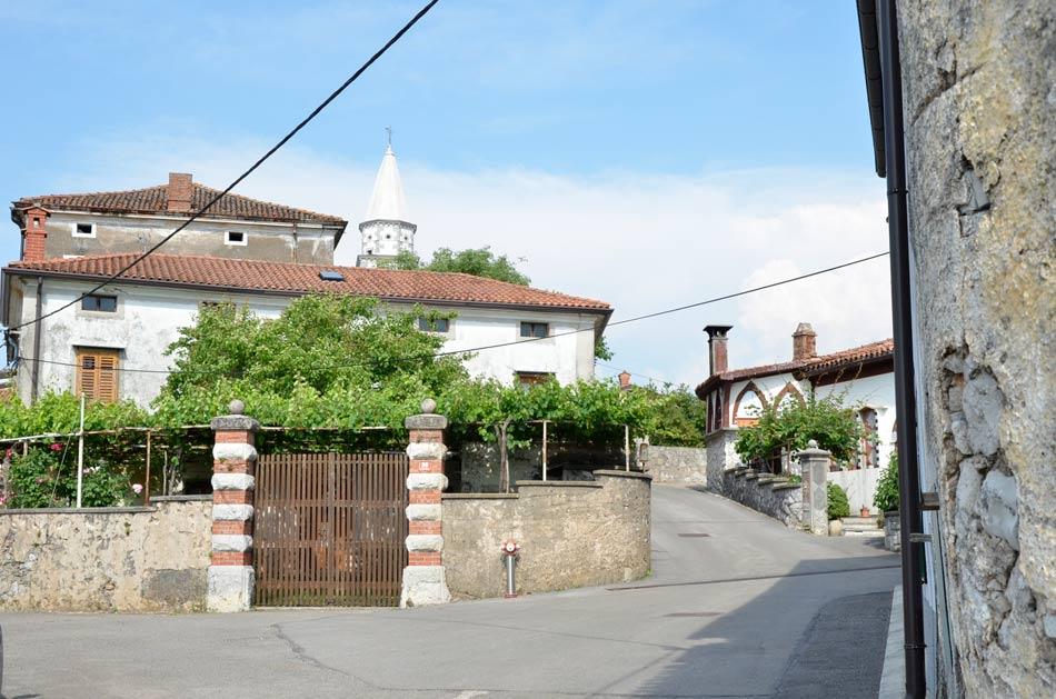 Tipičen prizor v Pliskovici, kraški vasici na zahodnem predelu Slovenije.